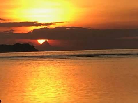 sunset yang dilihat dari tengah laut
