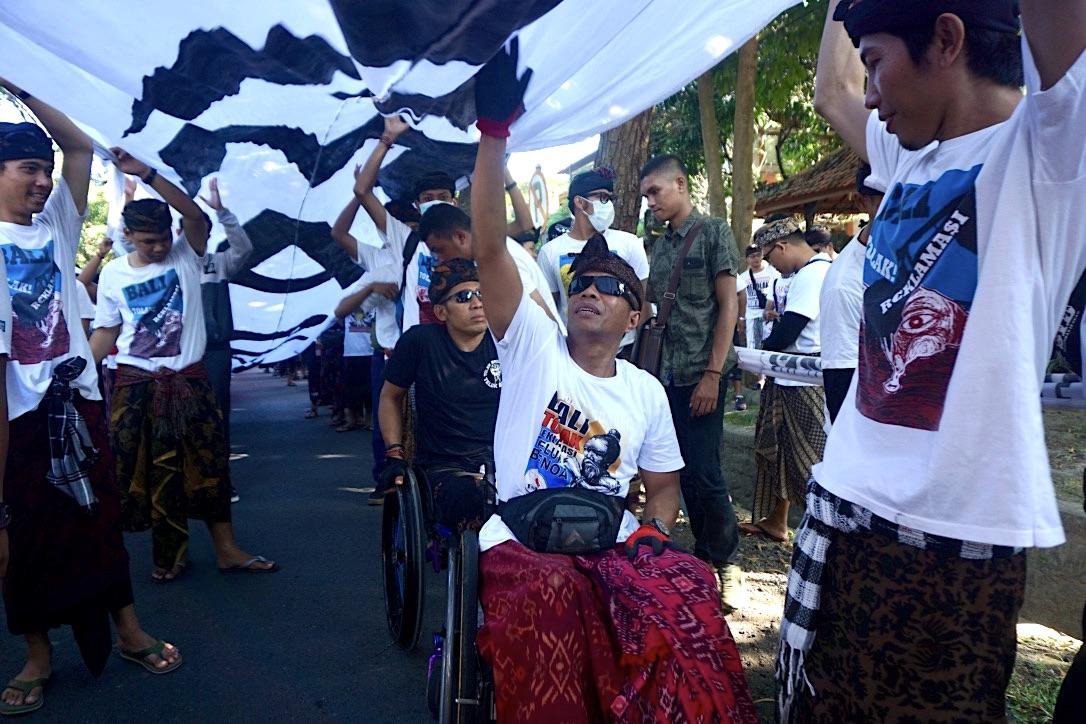 Sejumlah penyandang disabiliats mengikuti aksi longmarch ForBALI menolak reklamasi Teluk Benoa pada Selasa (30/4/2019) lalu, di Denpasar, Bali. Mereke setia ikut aksi selama hampir enam tahun ini. Foto: Luh De Suriyani/Mongabay Indonesia