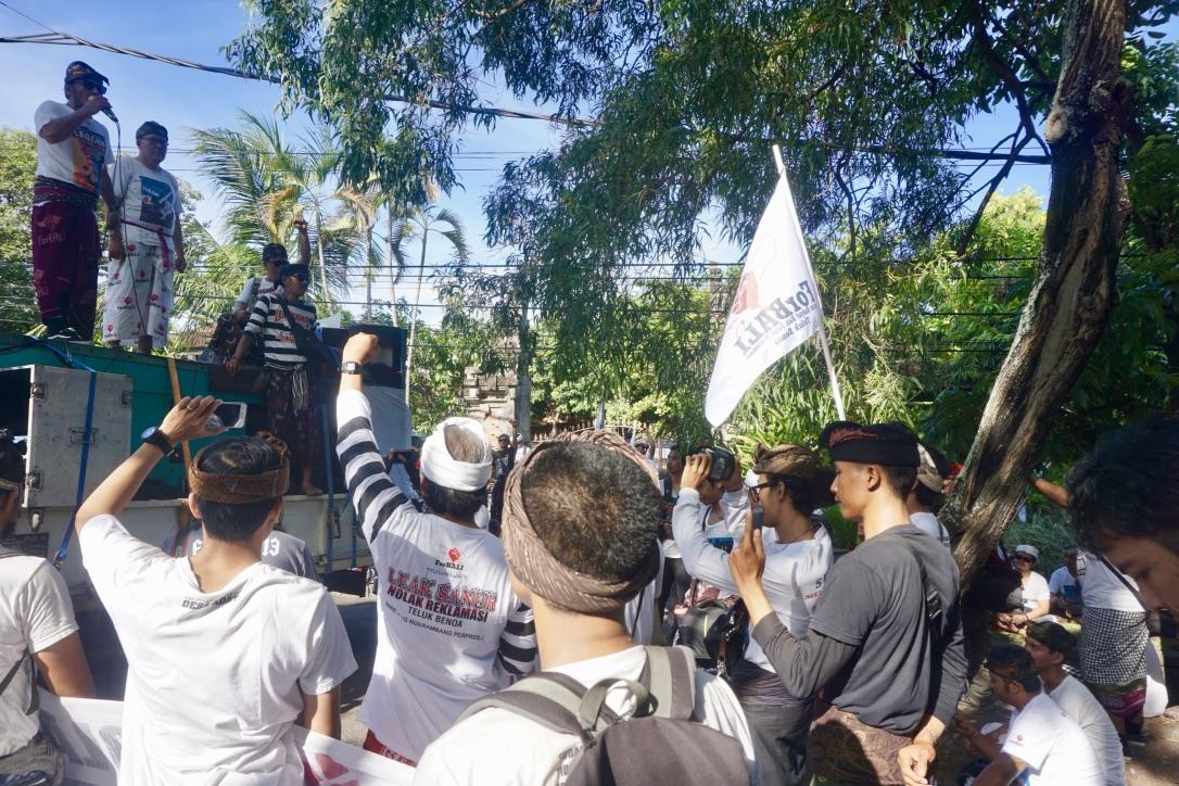 Untuk pertama kali, aksi ForBALI menolak reklamasi di depan kantor Dinas Lingkungan Hidup Bali, Selasa (30/4/2019) terkait penyusunan KLHS RZWP3K kawasan pesisir. Foto: Luh De Suriyani/Mongabay Indonesia