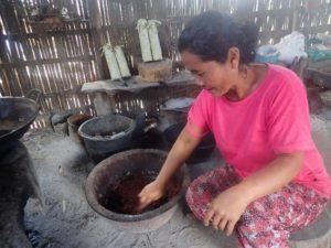 Ibu Nyoman Lendri membuat gula merah
