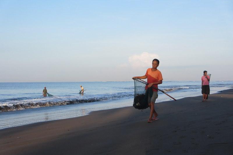 Aktivitas di pesisir Desa Perancak yang nantinya akan menjadi salah satu kawasan konservasi perairan